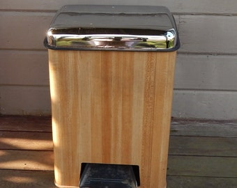 Lincoln BeautyWare Garbage Can / Trash Can / With Flip Top Lid