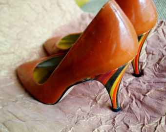 Glamour vintage 80s caramel genuine leather shoes with a multicolor strips stiletto heels. Made by Norma Betancourt. Size 7 1/2N.