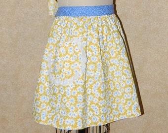 Apron Lazy Daisy Hostess waist tie Grandmas Recipes Family memories favorite foods scrapbook cotton daisy bright blue eyelet lace pocket