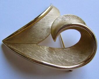 Signed Trifari stunning vintage goldtone pin - signed