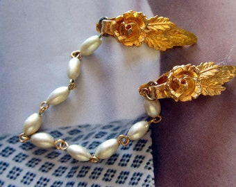 Vtg Gold Tone Sweater Guard with Floral Clips and Seed Pearl Chain. Orig. Box Hamilton, Bermuda JSW89