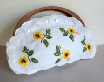 1970's Purse // Embroidered Floral Linen Handbag with Wooden Handle // Spring Summer Purse // Embroidered Flower Handbag