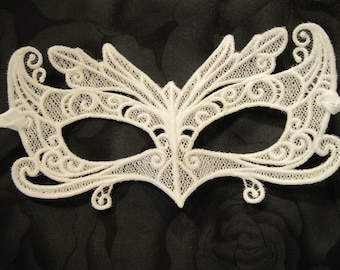Wing-tipped Eyes Lace Mask in White