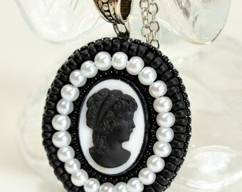 Black and White Cameo Pearls Necklace