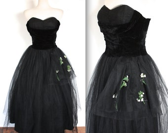 Vintage 1950s Dress // 50s Black Velvet and Tulle Sweetheart Party Prom Dress with Flowers // Midnight the Starts and You // DIVINE