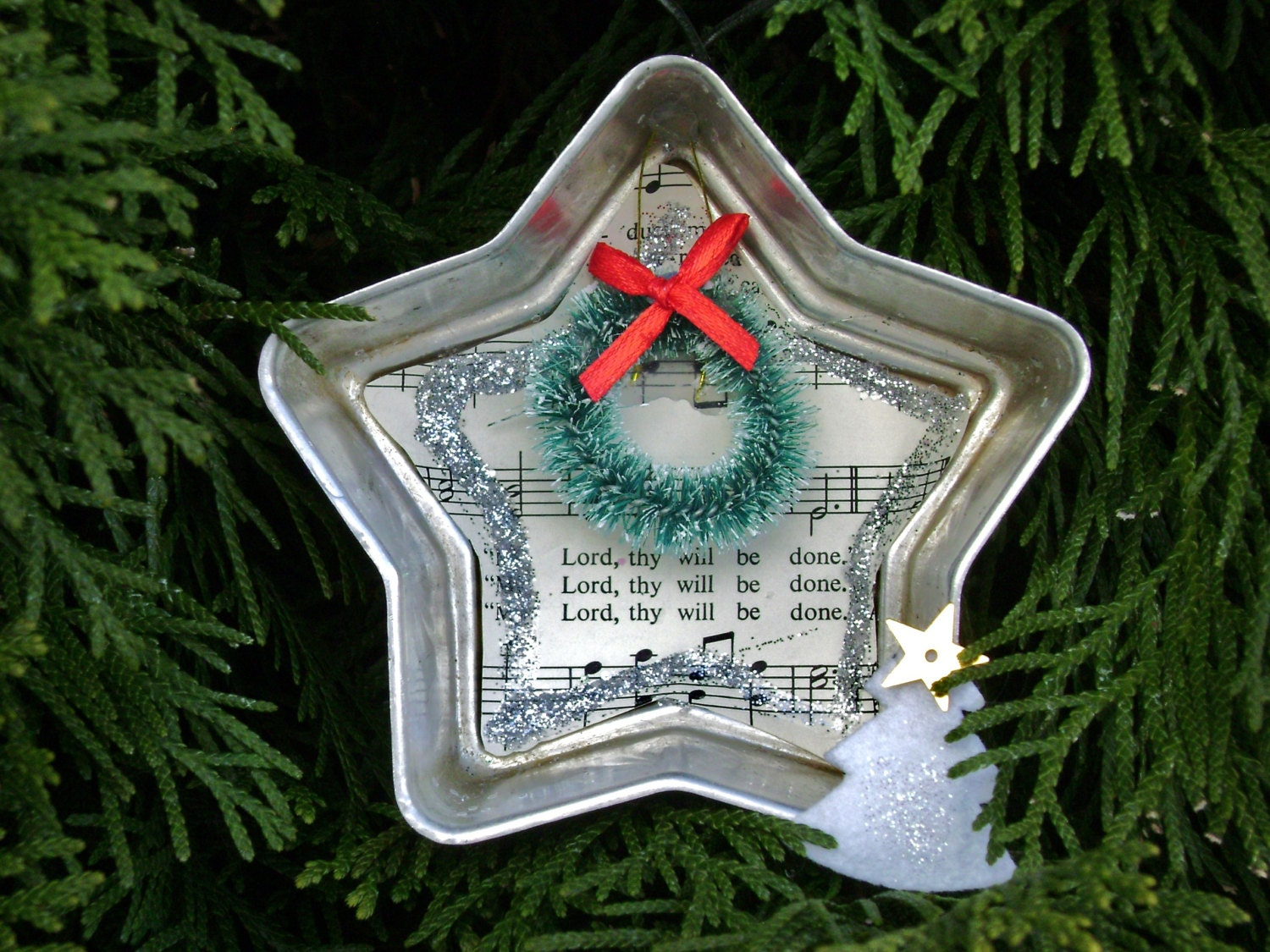 star shaped vintage Jello mold twinkle repurposed Christmas ornament with bottle brush wreath