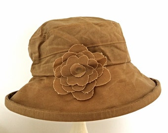 Waxed cotton rain hat in Gold