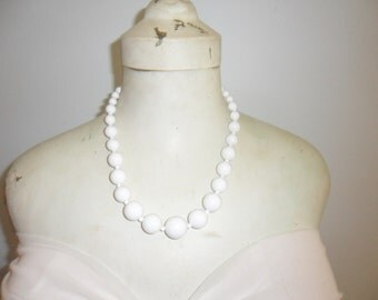 Authentic Vintage Beautiful White Plastic Necklace, FREE POSTAGE.