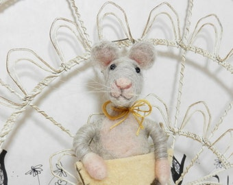 Needle felted light gray mouse ornament, wool cheese ornament, gray mouse with cheese ornament, felt grey mouse ornament. ready to ship