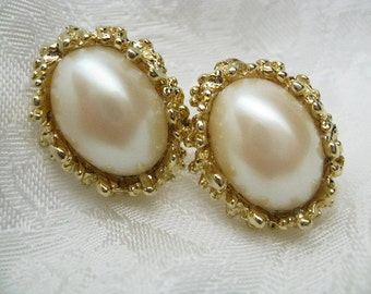Price reduced Sale Vintage Ivory Pearl Earrings gold clip retro 1980s style wedding pearls bride something old cream pearls