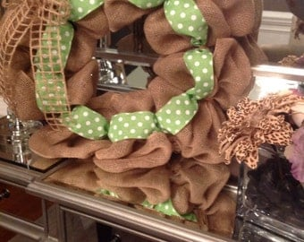 Spring burlap wreath with wooden initial