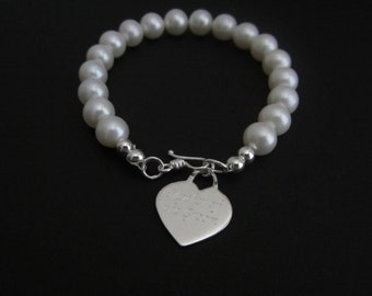 Personalized Pearl Bracelet. Engraved Jewelry. Mother of The Bride. Mother of the Groom. Maid of Honor.Wedding. Silver Heart Charm.Thank you