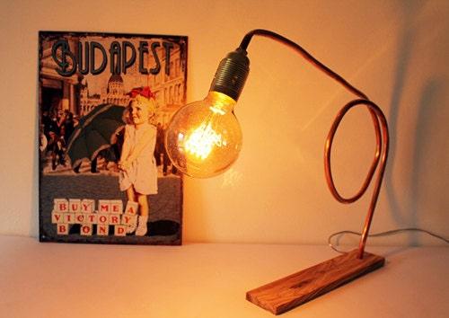 Lampada da tavolo in rame e legno d'ulivo. Lampada rame.