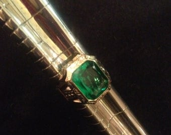 Vintage 10K Yellow Gold with Rectangular Emerald Colored Glass Piece - Size 6.25