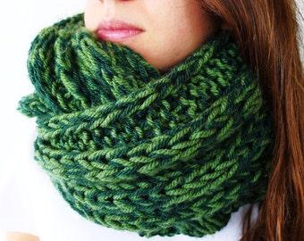 Bufanda infinity verde hecha a mano. Cuellos de punto para hombre. Cuellos de lana para mujer. Bufandas tejidas. Ideas para regalar