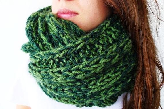 Bufanda infinity verde hecha a mano. Cuellos de punto para hombre. Cuellos  de lana
