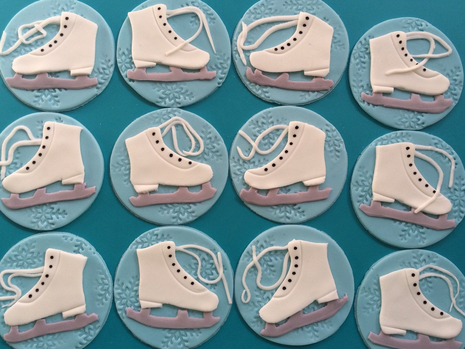 12 ice skating cupcake toppers party favors ice skate edible for Glace decoration
