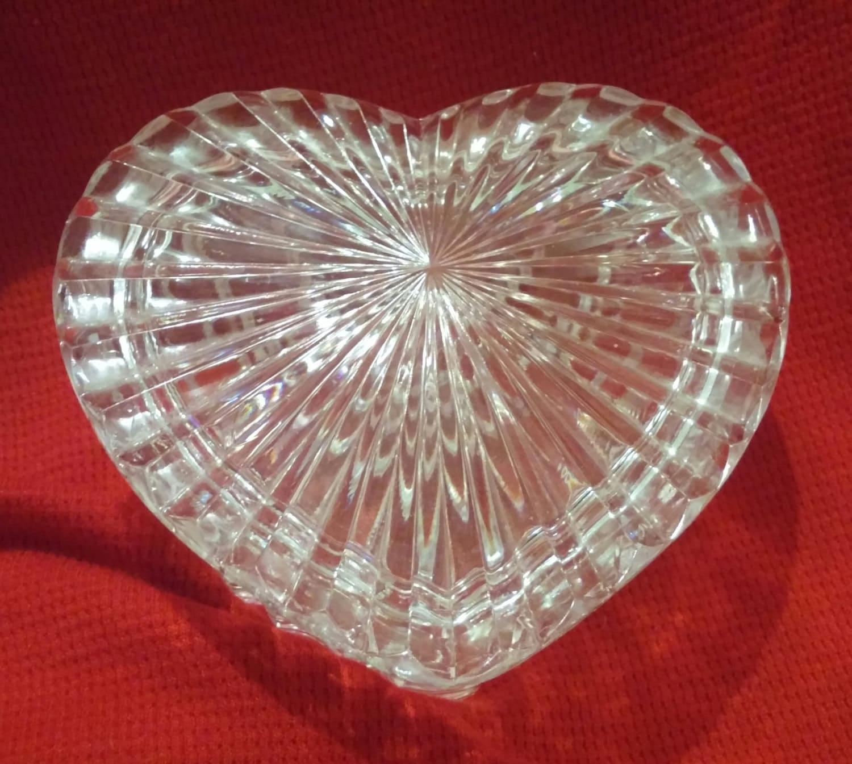 Clear glass trinket or jewelry box lidded heart shaped glass for Heart shaped jewelry dish