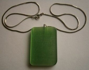 A818)  A lovely vintage green frosted glass pendant necklace with silver tone chain