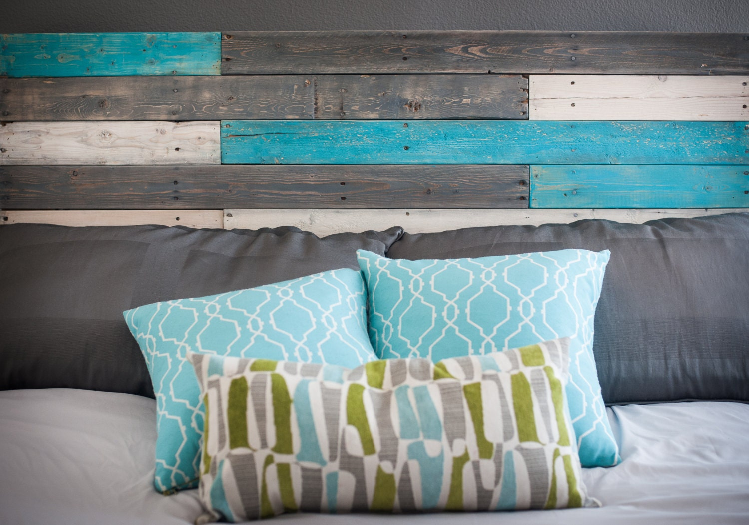 Wooden headboard with turquoise accents - Cabecero de tablas ...