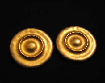 GIANT MINT Vintage Brushed Gold Tone Round Wavy Clip Earrings