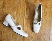 Vintage 1960s Shoes / Pearl Beige Leather T-Strap Heels / Size 9 AAA Narrow / Size 8 / Deadstock