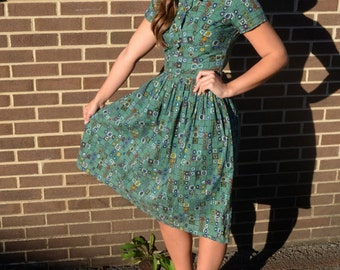 50s Style VINTAGE Green Paisley Cotton Dress With Bowtie & Gold Buttons