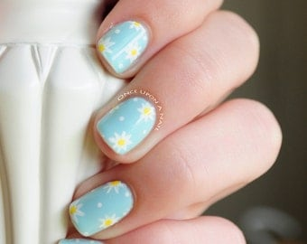 Daisy Hand Painted Fake Nails