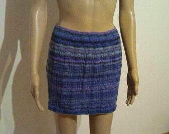 Short knitted skirt in reds