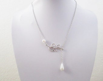 Dainty nature pearl necklace with leaf