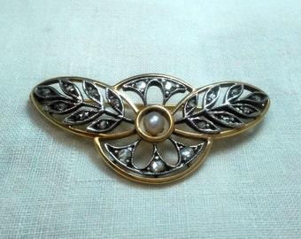 Spilla oro giallo e oro bianco 14kt a cerchio con ali, perla centrale e 19 diamanti taglio antico