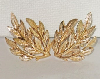 Vintage Crown Trifari Gold Tone Leaf Clip Earrings (E-2-3)