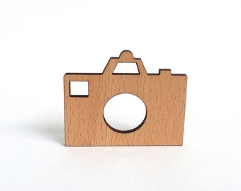 Wooden camera brooch gift idea for photography enthusiasts