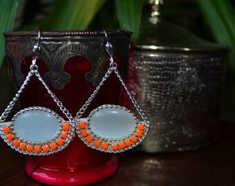 Boucles d'oreilles cabochon blanc et strass orange fluo