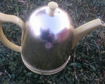 Vintage Hall teapot. Very good condition. Cute little devil.