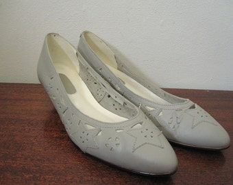 Vintage 80s Light Gray Leather Pumps with Star Design Size 7