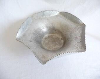 vintage Aluminum Bowl, hand forged Bowl, Fruit Bowl, scalloped edges, Fruit designs, Unique Bowl, vintage Housewares,serving bowl,metal bowl