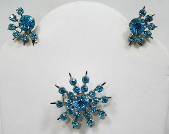 Turquoise Rhinestone Starburst Pin & Earrings - Spring 50s Jewelry - Blue Atomic Era 1950s 1960s Demi Parure - Stylish 60s Lapel Pin - 42625