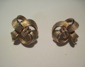 Beautiful Vintage Gold Plated Bow Ribbon Clip On Earrings Signed Coro