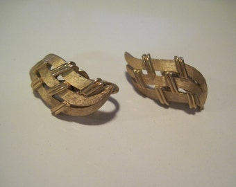 Vintage Gold Tone Signed TRIFARI Basket Weave Style Clip On Earrings