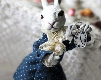 """скульптура, по мотивам сказки """"Алиса в стране чудес"""" Л.Кэрролла, белый кролик с часами"""