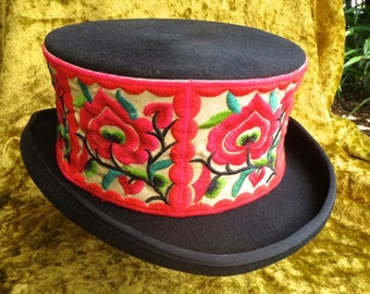 Top hat embroidered red green unisex size L 61 cms wool handcrafted circus goth