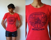 Vtg University of Munich MUNCHEN Red Navy Emblem Print SS Shirt
