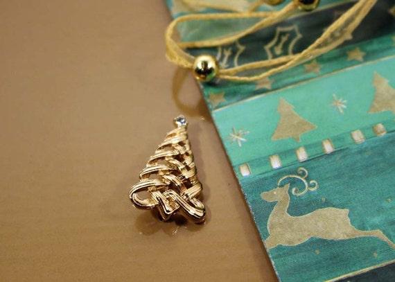 Avon Christmas Tree Pin 1985 Gold Tone Brooch With Rhinestone