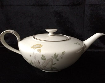 Classic vintage teapot and creamer from Hutschenreither Babaria Favorit.