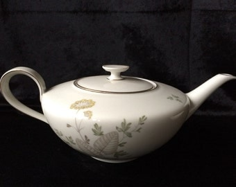 Classic vintage teapot and creamer from Hutschenreither Bavaria Favorit.