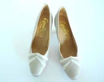 Vintage white grey leather pumps size 6,5 - 7 - 1960s Equity England Mad Men style