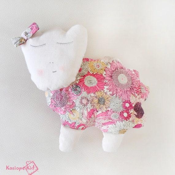 Doudou mouton en tissu coton avec des fleurs