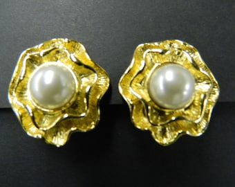 Vintage gold tone pearl clip on earrings