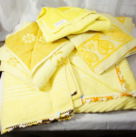 Bath Towels Lots: Vintage Lot Of 5 Yellow Bath Towels Mixed 2 With Crocheted